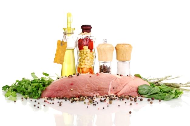 허브, 향신료, 식용유로 절인 돼지 고기 큰 조각