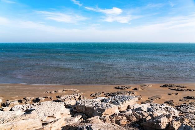 岸にある大きな岩