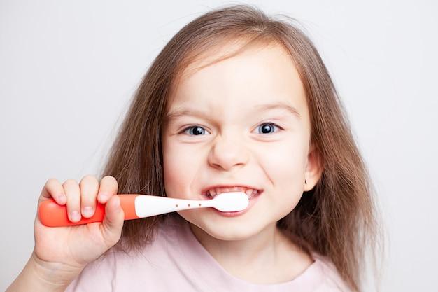 이를 닦는 소녀의 큰 초상화 흰색 배경위생 치아 건강