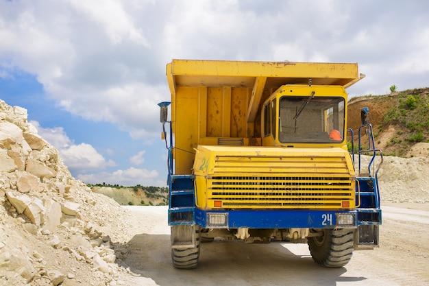바위를 실은 대형 채석장 덤프 트럭