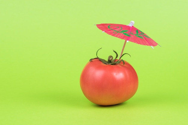 緑の背景に大きく熟したフレッシュトマト。