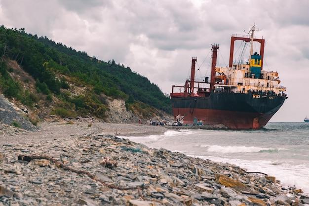Большой корабль сел на мель у моря