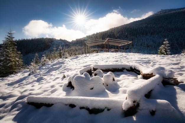 카르파티아 산맥에서 하이킹을 위한 눈 덮인 큰 모닥불 사이트 i 밝은 차가운 태양