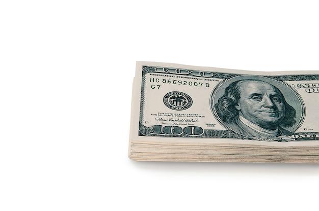 흰색 배경에 100 달러 현금 지폐의 큰 스택.