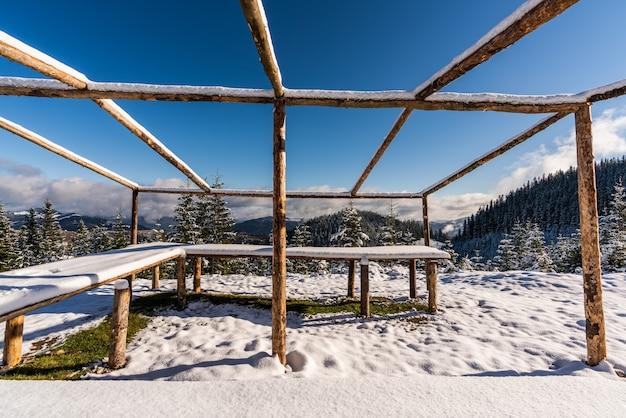 눈 덮인 하얀 초원 위에 산 정상에있는 커다란 전망대가 있습니다.