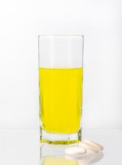 비타민 c가 함유 된 큰 흰색 정제가 물에 용해됩니다.