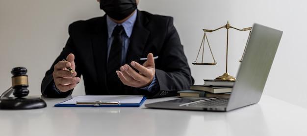 訴訟と戦う方法として、事件の詳細と法律をクライアントに説明する弁護士が、クライアントは詐欺弁護士に相談しました。法律専門家からの訴訟相談の概念。