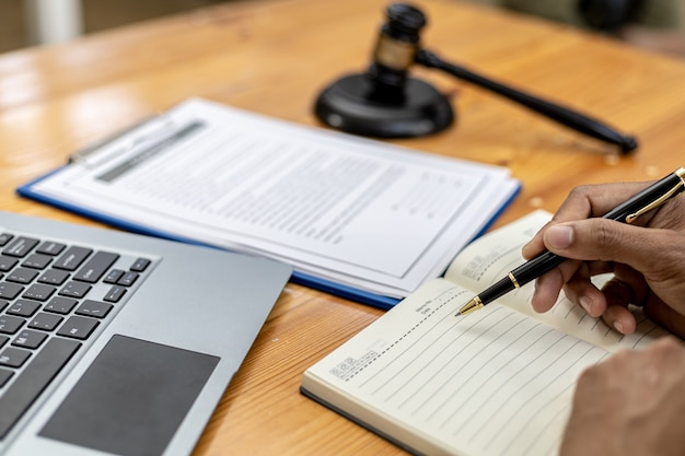弁護士の男性が、クライアントが詐欺を犯した会社の従業員に対して訴訟を起こした訴訟で法廷に持ち込むための詐欺事件に関する情報を求めています。詐欺訴訟の概念