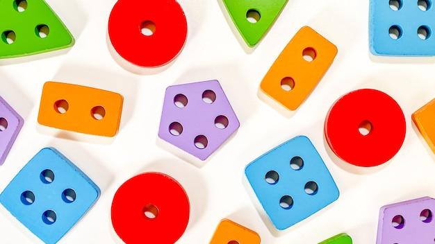 白の色とりどりの選別機の形で小さな子供のための教育玩具のレイアウト