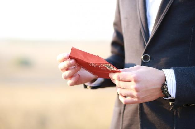 新郎への手紙。手に美しいノート