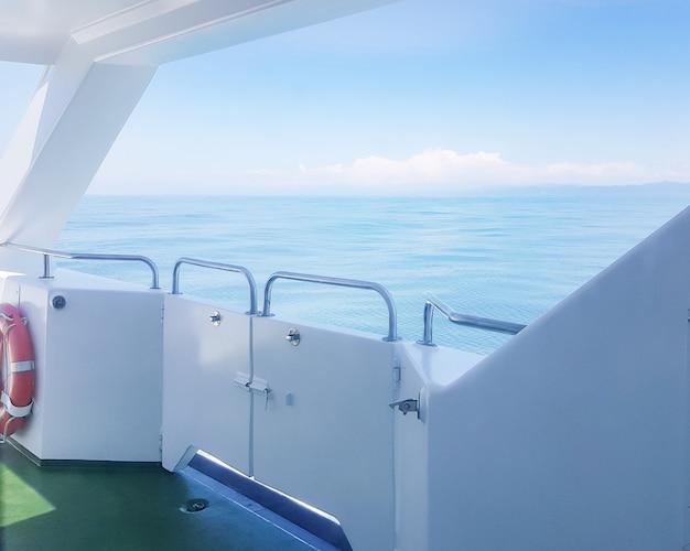 호화 요트 갑판에 있는 구명 부표, 파도가 있는 바다의 전망, 물 위의 산책로, 물 위의 휴가 개념 및 낭만적인 여행