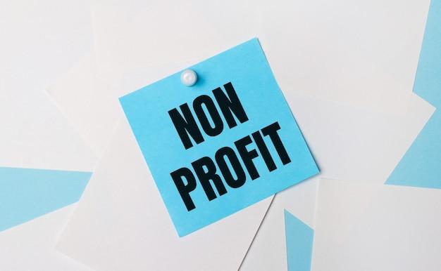 К ним с помощью белой канцелярской скрепки прикрепляется голубая квадратная наклейка с надписью non profit.