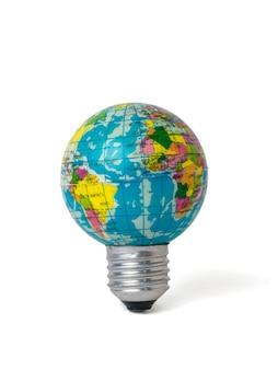 白い背景で隔離の地球のモデルの形をした電球。