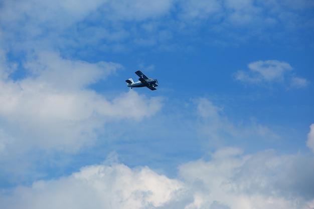 Легкий самолет снижается при посадке в аэропорту