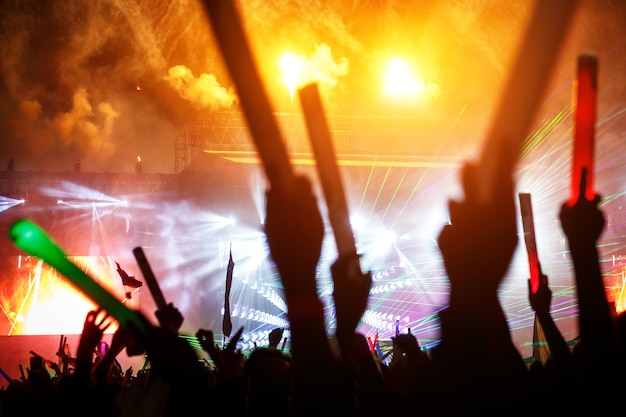 夏祭りで観客を楽しませてくれるライトショー。