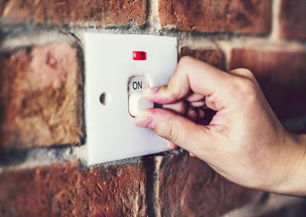 벽돌 벽에 전등 스위치