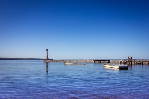 晴天時の灯台防波堤の灯台湖の灯台