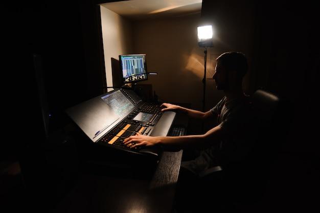 Инженер по свету работает с управлением светотехников
