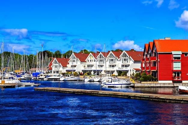 港の近くの白い二階建ての家の列