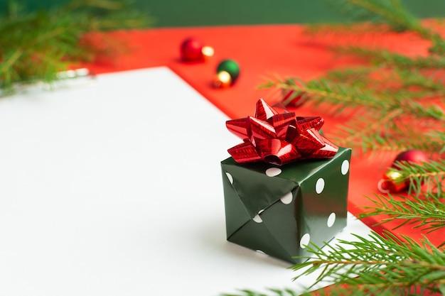 여러 개의 작은 선물 옆에 있는 크리스마스 소원 목록