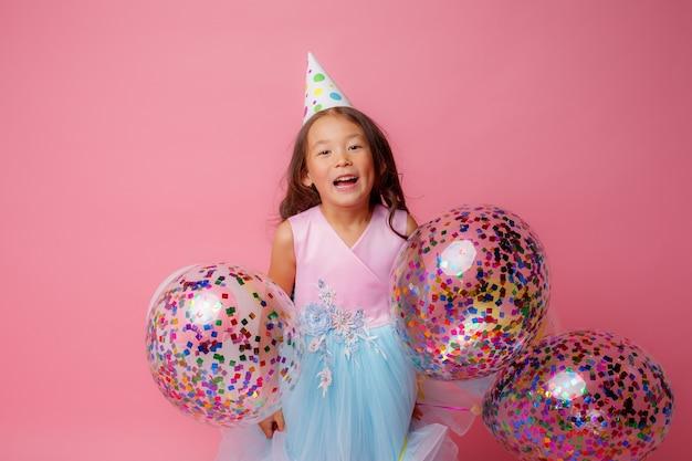 Маленькая азиатка, день рождения, игра, с воздушными шарами, розовая
