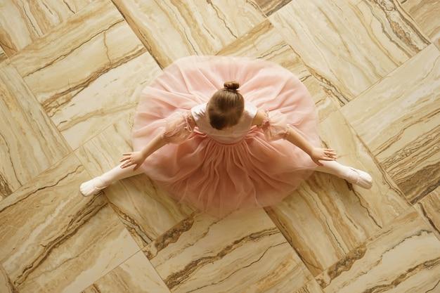 家で小さなバレリーナが踊る