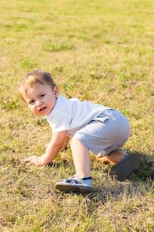 夏の自然で遊ぶ男の子