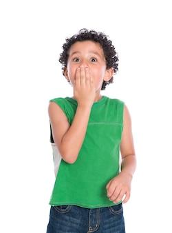 Маленький мальчик в шоке, изолированные на белом фоне