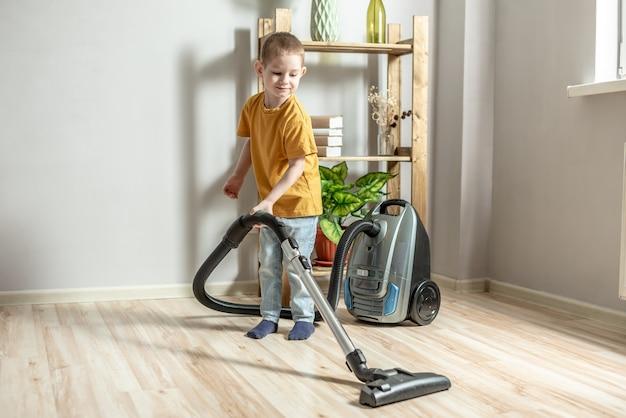 어린 아이가 부모의 집안일을 돕고, 진공 청소기로 바닥을 청소합니다