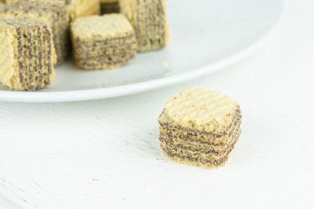 テーブルの上の小さなチョコレートウィーンウエハース