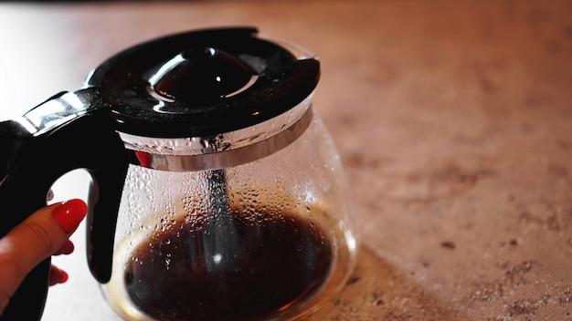 커피 메이커 바닥에 약간의 커피. 텍스트를 놓습니다. 아침, 활력의 개념