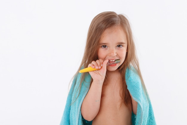 Маленькая девочка чистит зубы