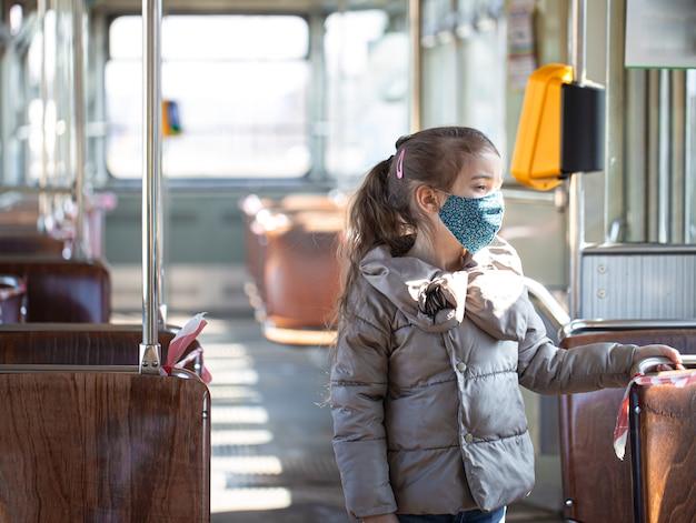 Маленькая девочка в пустом общественном транспорте во время пандемии коронавируса
