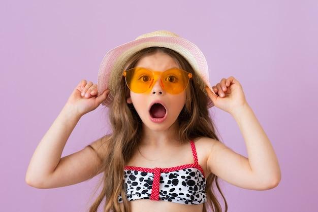어린 소녀는 관광 여행 취소로 인해 충격을 받습니다.