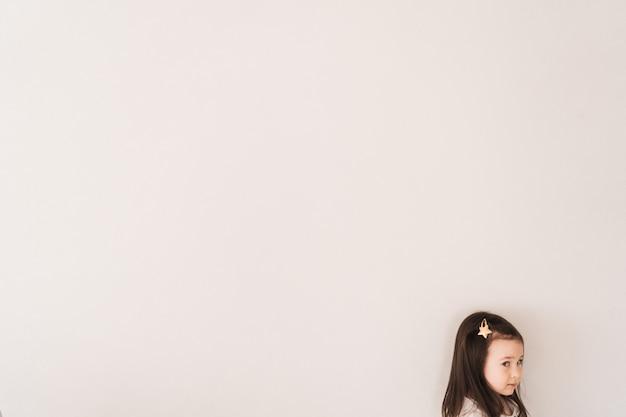 部屋の隅に小さな女の子が立っています