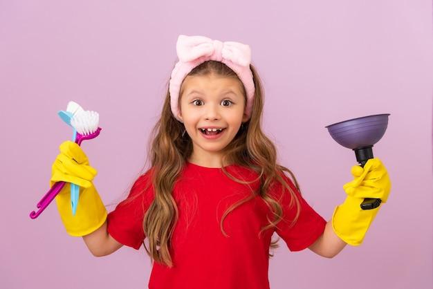 어린 소녀는 집을 깨끗하게 유지하는 것을 좋아합니다. 집안의 위생과 청결.