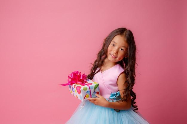 ピンク色の誕生日を祝うアジア風の少女