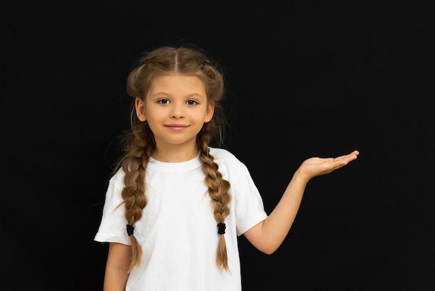 어린 소녀가 귀하의 광고를 가리 킵니다.