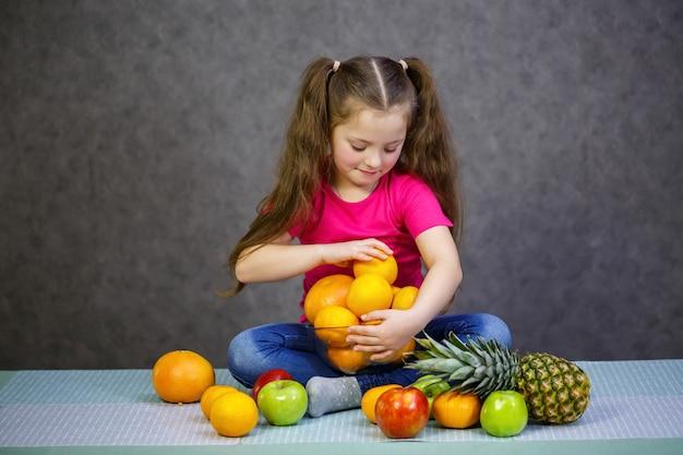 6세 소녀는 과일을 아주 좋아합니다. 비타민과 건강한 식생활.