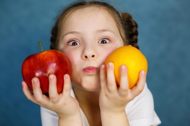 6歳の少女は果物が大好きです。ビタミンと健康的な食事。