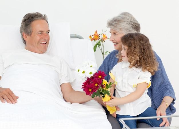 그녀의 조부모와 이야기하는 어린 소녀