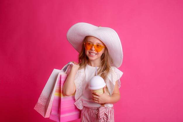 쇼핑백이 많은 어린 소녀