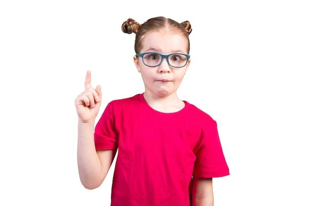 아이디어가 있는 안경을 쓴 어린 소녀. 흰색 배경에 고립. 어떤 목적을 위해.