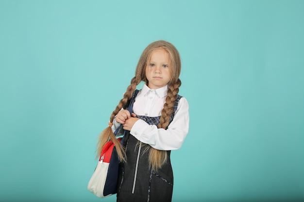 白いシャツと灰色のサンドレスを着たポニーテールの少女ブリーフケースを持った女子高生