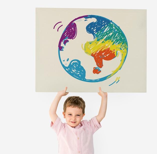 小さな子供が紙のシンボルを運ぶ