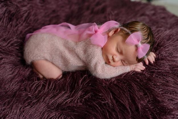 Маленькая новорожденная девочка восьмидневного возраста. макро красивая спящая девочка Premium Фотографии