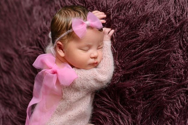 Маленькая новорожденная девочка восьмидневного возраста. макро красивая спящая девочка