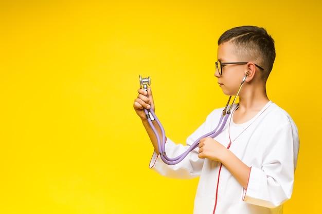 노란색에 고립 된 청진 기, 작은 웃는 의사. 무료 사진