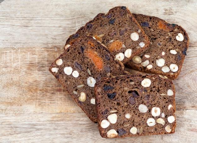 바삭한 빵 껍질에 견과류와 말린 과일이 첨가 된 빵 한 덩어리