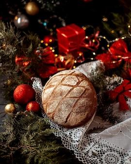 Буханка хлеба с новогодними игрушками